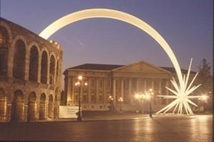 La stella cometa esce dall'Arena di Verona per poggiare nel centro di Piazza Bra